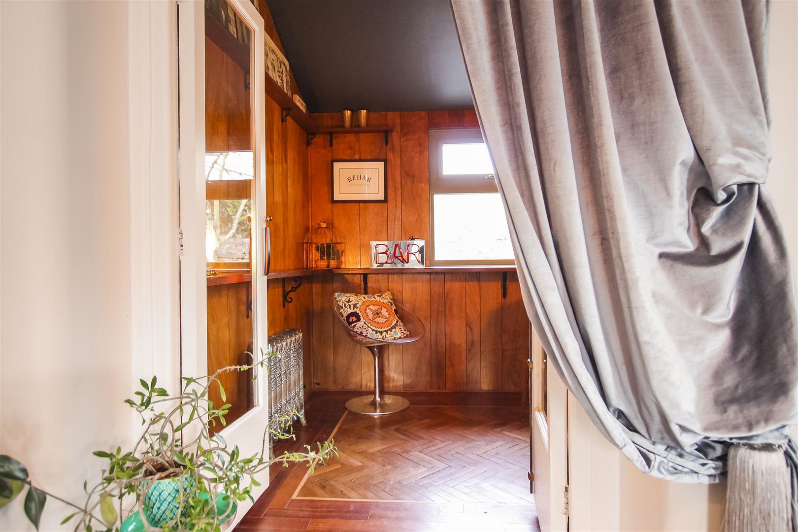 5 Bedroom Detached House For Sale - Bar / Snug